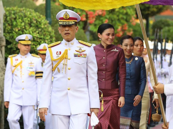Hoàng hậu Thái Lan tái xuất sau một thời gian vắng bóng với vẻ ngoài rạng rỡ, làm lu mờ cả hai con riêng của chồng-1