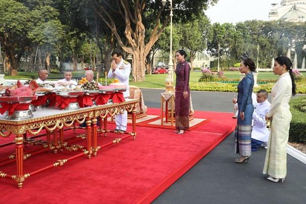 Hoàng hậu Thái Lan tái xuất sau một thời gian vắng bóng với vẻ ngoài rạng rỡ, làm lu mờ cả hai con riêng của chồng-3
