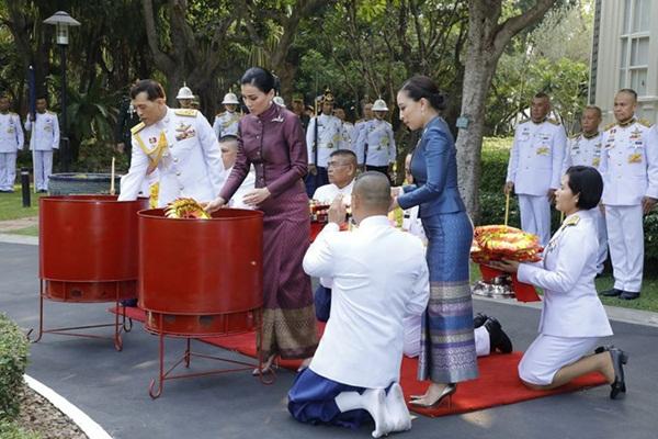 Hoàng hậu Thái Lan tái xuất sau một thời gian vắng bóng với vẻ ngoài rạng rỡ, làm lu mờ cả hai con riêng của chồng-4