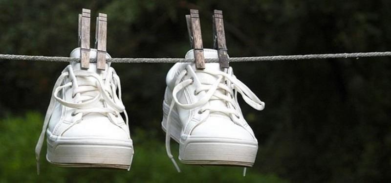Bôi kem đánh răng lên giày thể thao: Tưởng ngớ ngẩn ai ngờ hiệu quả kỳ diệu-2