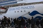 Thêm 8 bệnh nhân nhiễm Covid-19 trên du thuyền Nhật nguy kịch, hành khách trên tàu đón Valentine theo những cách đặc biệt-3