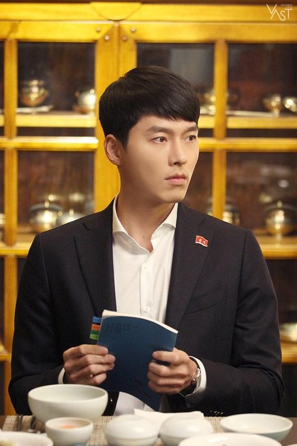 Crash Landing On You: Hyun Bin siêu đẹp trai trong bộ ảnh hậu trường, thần thái thế này bảo sao ai cũng tự nhận là chồng-1