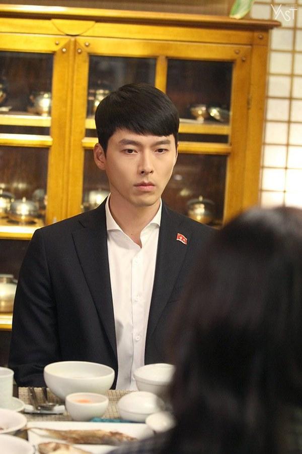 Crash Landing On You: Hyun Bin siêu đẹp trai trong bộ ảnh hậu trường, thần thái thế này bảo sao ai cũng tự nhận là chồng-3