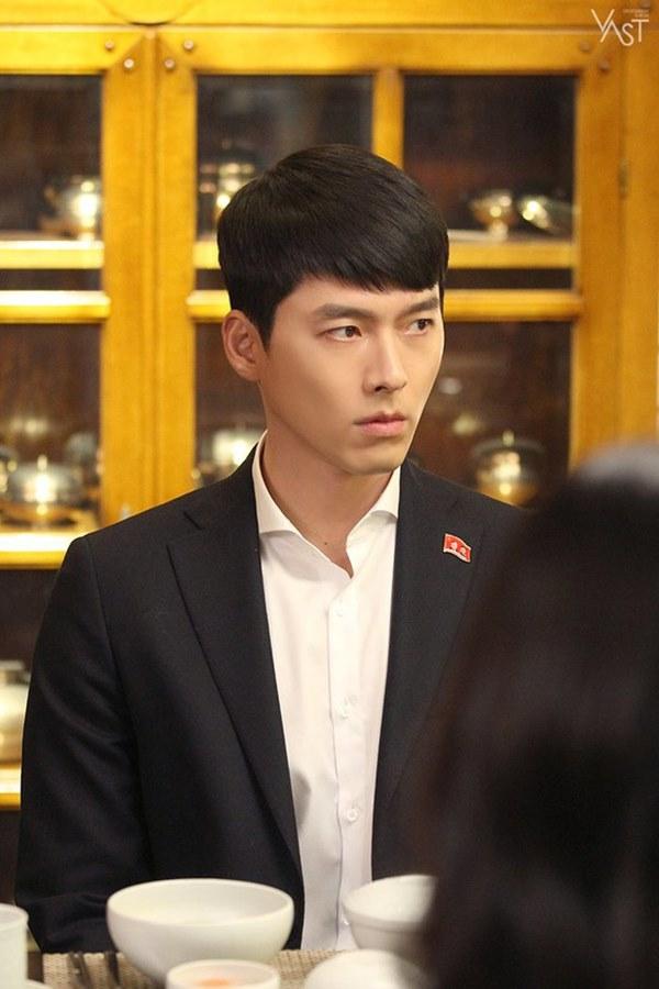 Crash Landing On You: Hyun Bin siêu đẹp trai trong bộ ảnh hậu trường, thần thái thế này bảo sao ai cũng tự nhận là chồng-4