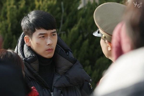Crash Landing On You: Hyun Bin siêu đẹp trai trong bộ ảnh hậu trường, thần thái thế này bảo sao ai cũng tự nhận là chồng-5