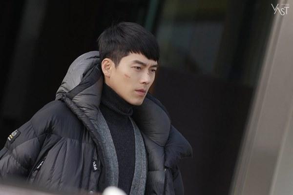 Crash Landing On You: Hyun Bin siêu đẹp trai trong bộ ảnh hậu trường, thần thái thế này bảo sao ai cũng tự nhận là chồng-6