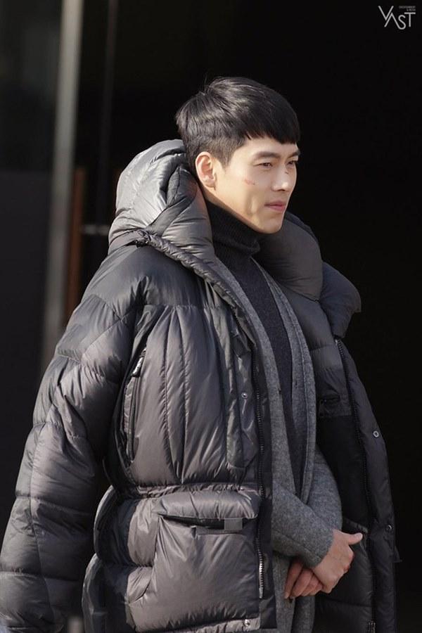 Crash Landing On You: Hyun Bin siêu đẹp trai trong bộ ảnh hậu trường, thần thái thế này bảo sao ai cũng tự nhận là chồng-7