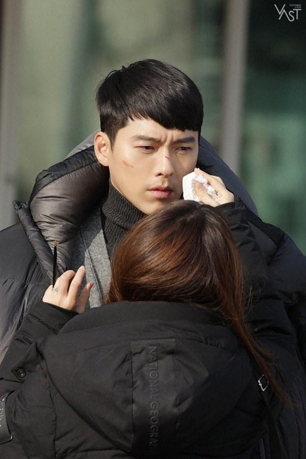 Crash Landing On You: Hyun Bin siêu đẹp trai trong bộ ảnh hậu trường, thần thái thế này bảo sao ai cũng tự nhận là chồng-8