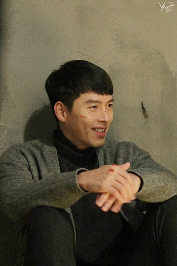 Crash Landing On You: Hyun Bin siêu đẹp trai trong bộ ảnh hậu trường, thần thái thế này bảo sao ai cũng tự nhận là chồng-9