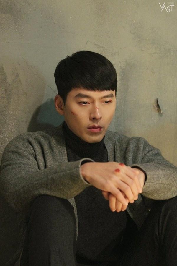 Crash Landing On You: Hyun Bin siêu đẹp trai trong bộ ảnh hậu trường, thần thái thế này bảo sao ai cũng tự nhận là chồng-10