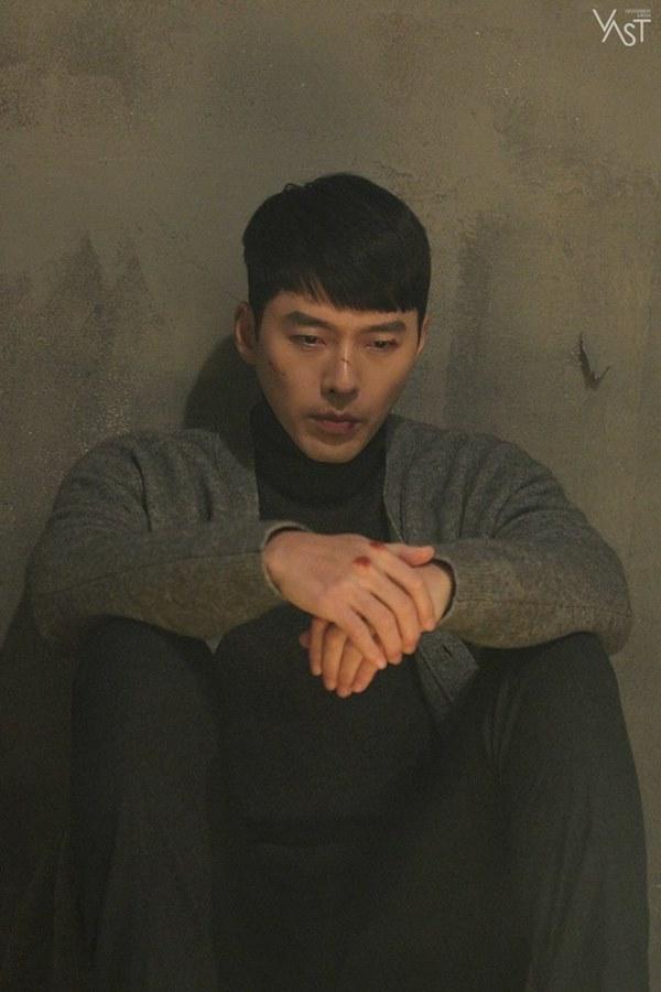 Crash Landing On You: Hyun Bin siêu đẹp trai trong bộ ảnh hậu trường, thần thái thế này bảo sao ai cũng tự nhận là chồng-12