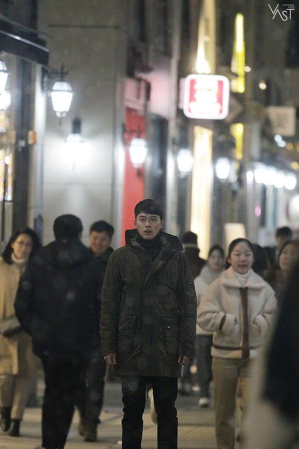 Crash Landing On You: Hyun Bin siêu đẹp trai trong bộ ảnh hậu trường, thần thái thế này bảo sao ai cũng tự nhận là chồng-13