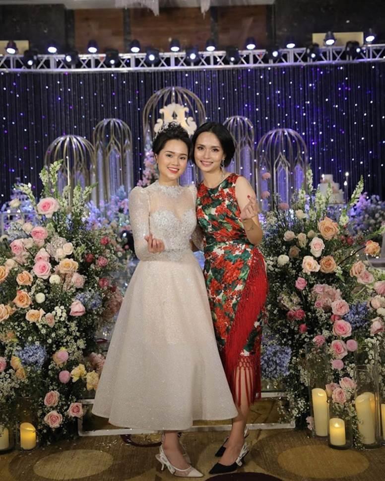 Chị em Huyền My - Quỳnh Anh giờ mới khoe ảnh chụp chung trong đám cưới: Đọ dáng thì ai hơn ai nè?-1