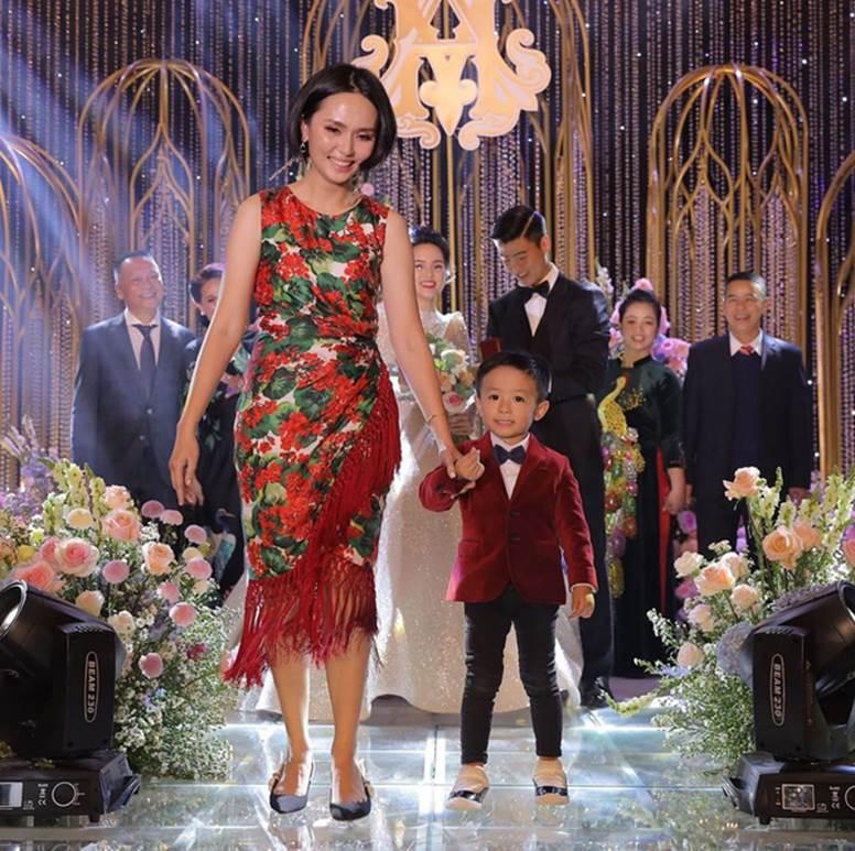 Chị em Huyền My - Quỳnh Anh giờ mới khoe ảnh chụp chung trong đám cưới: Đọ dáng thì ai hơn ai nè?-2