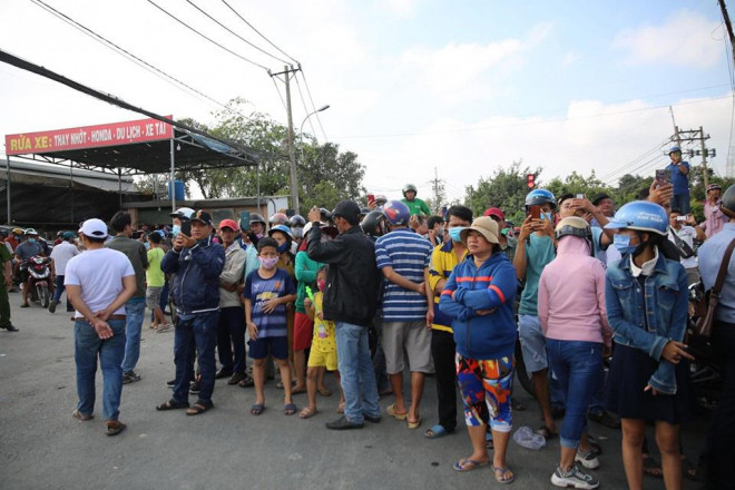 NÓNG: Đang rà mìn quanh nhà được cho là Tuấn khỉ ẩn náu, ngàn người vẫn xem-4