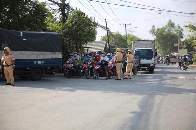 NÓNG: Đang rà mìn quanh nhà được cho là Tuấn khỉ ẩn náu, ngàn người vẫn xem-6