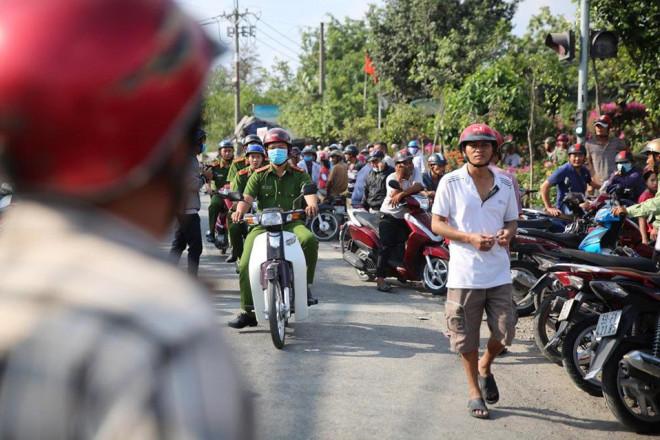 NÓNG: Đang rà mìn quanh nhà được cho là Tuấn khỉ ẩn náu, ngàn người vẫn xem-9