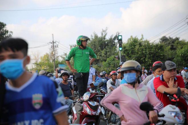 NÓNG: Đang rà mìn quanh nhà được cho là Tuấn khỉ ẩn náu, ngàn người vẫn xem-12