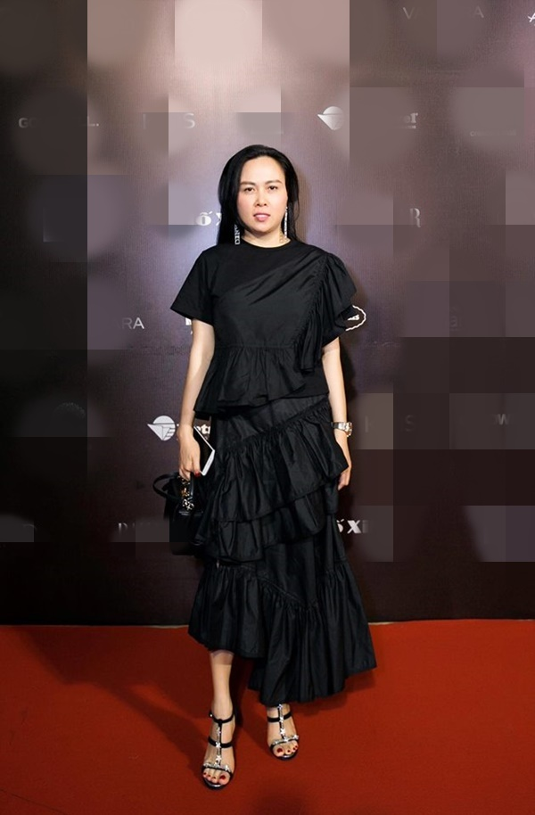 Hàng trăm lần mix hàng hiệu lạc quẻ, hình như Phượng Chanel có thù truyền kiếp với chân váy?-5