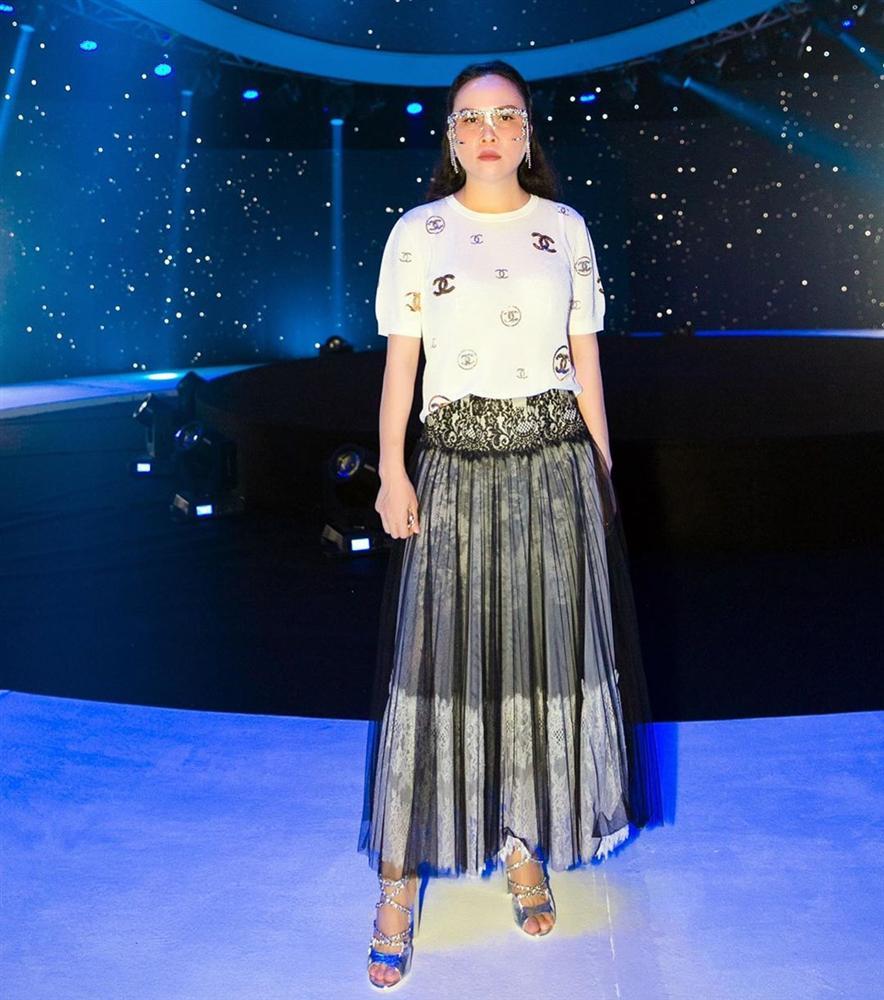 Hàng trăm lần mix hàng hiệu lạc quẻ, hình như Phượng Chanel có thù truyền kiếp với chân váy?-6