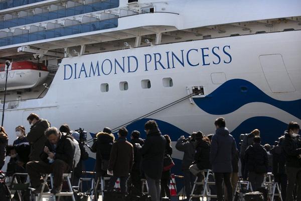 Thêm 8 bệnh nhân nhiễm Covid-19 trên du thuyền Nhật nguy kịch, hành khách trên tàu đón Valentine theo những cách đặc biệt-1