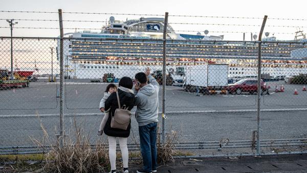 Thêm 8 bệnh nhân nhiễm Covid-19 trên du thuyền Nhật nguy kịch, hành khách trên tàu đón Valentine theo những cách đặc biệt-2