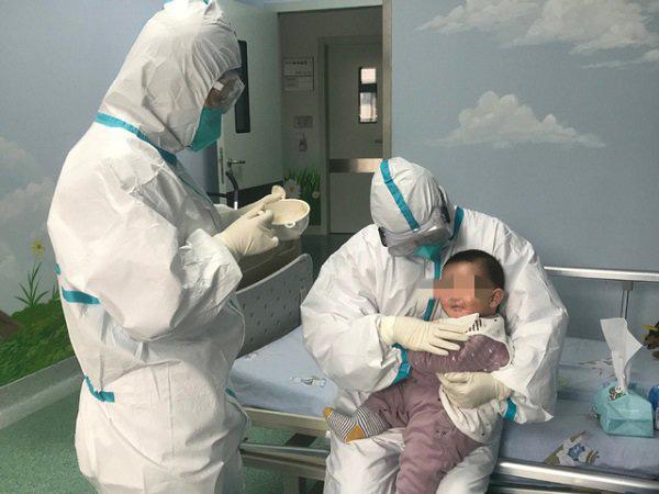 Sức khoẻ của bệnh nhi 3 tháng tuổi mắc virus corona giờ ra sao?-1