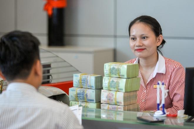 Sếp ngân hàng nhận lương, thưởng nửa tỷ đồng mỗi tháng-1