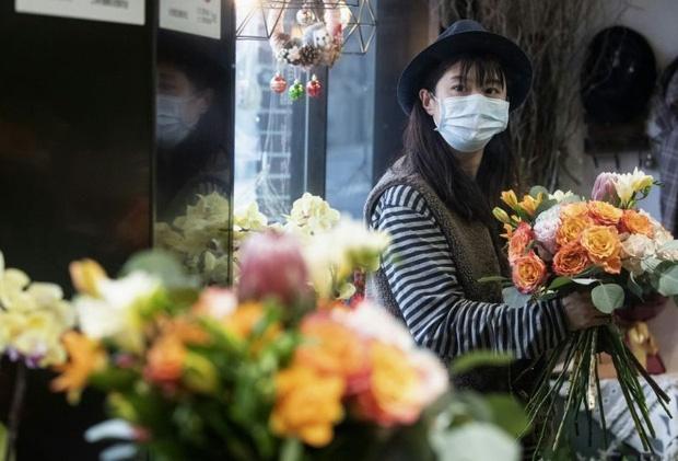 Valentine giữa dịch virus corona: Hàng triệu cặp đôi bật chế độ yêu xa, chùm hoa khẩu trang trở thành món quà trendy hàng đầu-1