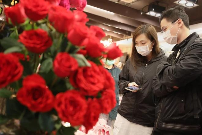Valentine giữa dịch virus corona: Hàng triệu cặp đôi bật chế độ yêu xa, chùm hoa khẩu trang trở thành món quà trendy hàng đầu-4