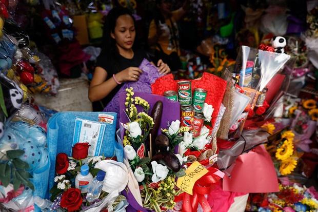 Valentine giữa dịch virus corona: Hàng triệu cặp đôi bật chế độ yêu xa, chùm hoa khẩu trang trở thành món quà trendy hàng đầu-7