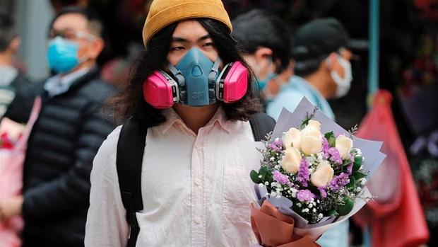 Valentine giữa dịch virus corona: Hàng triệu cặp đôi bật chế độ yêu xa, chùm hoa khẩu trang trở thành món quà trendy hàng đầu-9