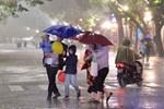 Gió mùa Đông Bắc tràn về, Hà Nội có mưa rào và dông, trời trở rét từ chiều tối nay-2