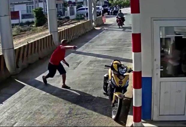 Người đàn ông mặc áo đỏ đại náo trạm thu phí BOT Ninh Xuân, 1 bảo vệ nhập viện-2