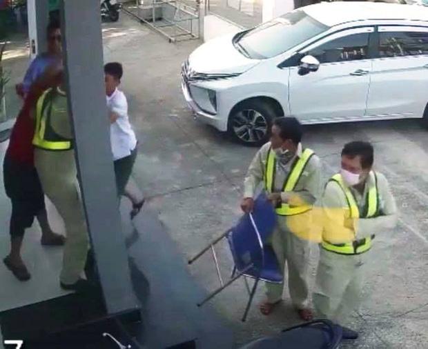 Người đàn ông mặc áo đỏ đại náo trạm thu phí BOT Ninh Xuân, 1 bảo vệ nhập viện-3