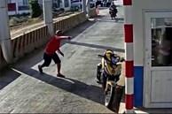 Người đàn ông mặc áo đỏ 'đại náo' trạm thu phí BOT Ninh Xuân, 1 bảo vệ nhập viện
