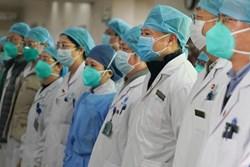 Nhân viên y tế TQ trả giá đắt trong cuộc chiến với virus corona