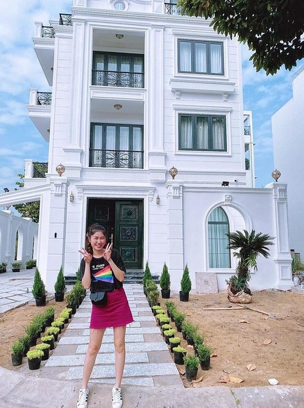Hoa mắt vì biệt thự mới tậu của dàn sao Việt: Toàn bạc tỷ siêu sang, nhà Ngọc Trinh xa hoa như khách sạn 5 sao-5