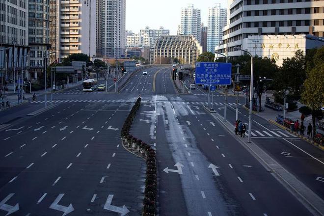 Cảnh tượng hiếm thấy: Hàng triệu người trở lại làm việc nhưng các siêu đô thị Trung Quốc vẫn chìm trong hôn mê vì virus corona-7