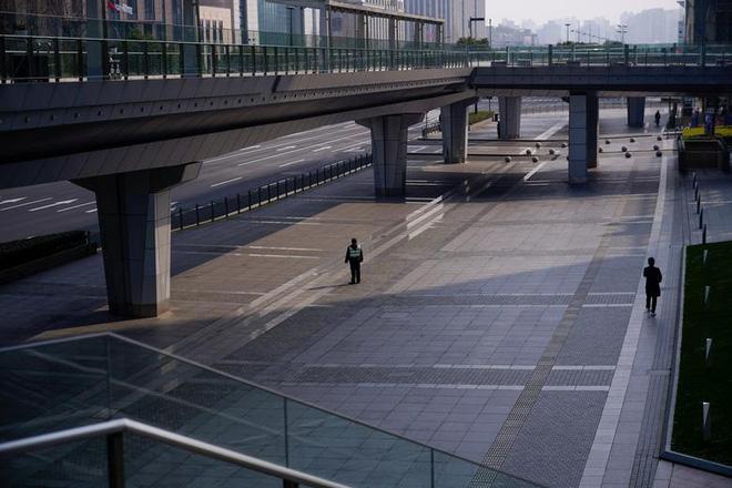 Cảnh tượng hiếm thấy: Hàng triệu người trở lại làm việc nhưng các siêu đô thị Trung Quốc vẫn chìm trong hôn mê vì virus corona-8