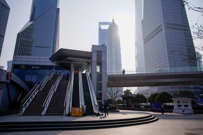 Cảnh tượng hiếm thấy: Hàng triệu người trở lại làm việc nhưng các siêu đô thị Trung Quốc vẫn chìm trong hôn mê vì virus corona-9