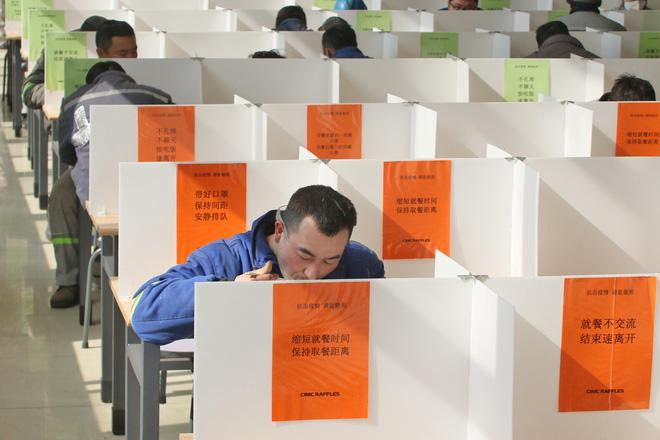Cảnh tượng hiếm thấy: Hàng triệu người trở lại làm việc nhưng các siêu đô thị Trung Quốc vẫn chìm trong hôn mê vì virus corona-16