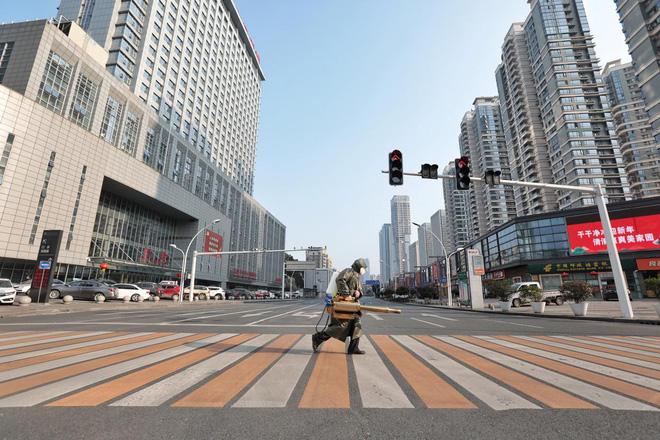 Cảnh tượng hiếm thấy: Hàng triệu người trở lại làm việc nhưng các siêu đô thị Trung Quốc vẫn chìm trong hôn mê vì virus corona-18