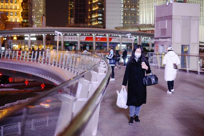 Cảnh tượng hiếm thấy: Hàng triệu người trở lại làm việc nhưng các siêu đô thị Trung Quốc vẫn chìm trong hôn mê vì virus corona-22