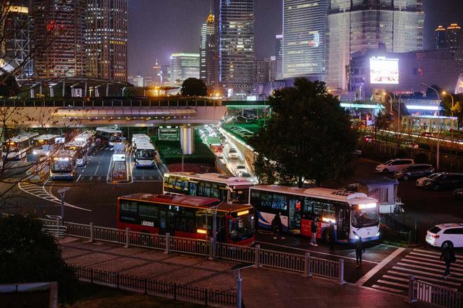 Cảnh tượng hiếm thấy: Hàng triệu người trở lại làm việc nhưng các siêu đô thị Trung Quốc vẫn chìm trong hôn mê vì virus corona-24