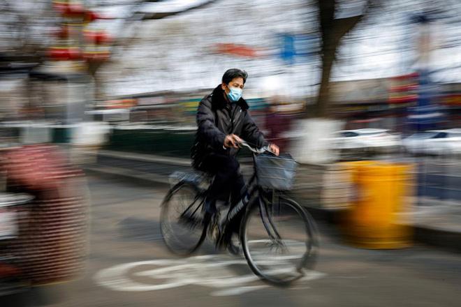Cảnh tượng hiếm thấy: Hàng triệu người trở lại làm việc nhưng các siêu đô thị Trung Quốc vẫn chìm trong hôn mê vì virus corona-26