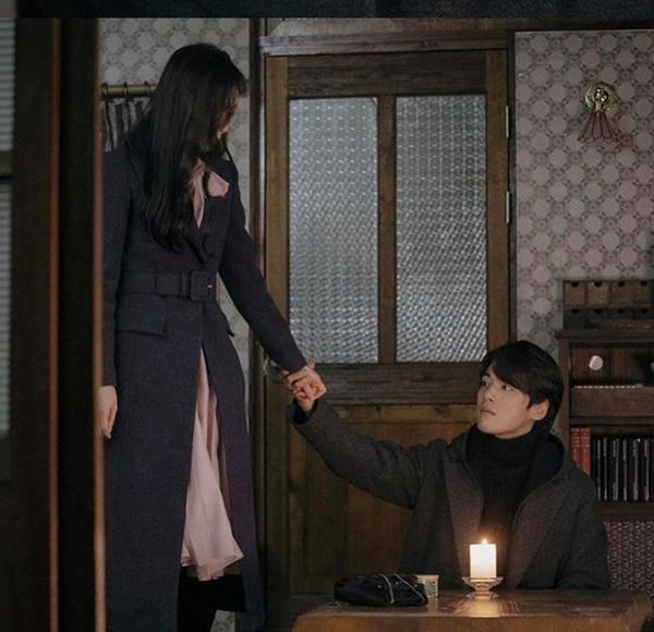 Crash Landing On You tập 15: Hôn thê Hyun Bin bỏ trốn theo trai trẻ, Son Ye Jin tuyệt vọng khi nghe tin dữ?-4