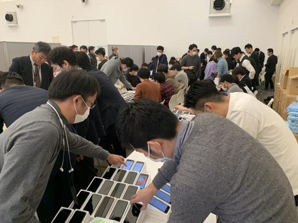 Nhật Bản trao 2.000 chiếc iPhone cho hành khách bị mắc kẹt trên tàu du lịch bị cách ly vì Covid-19-1