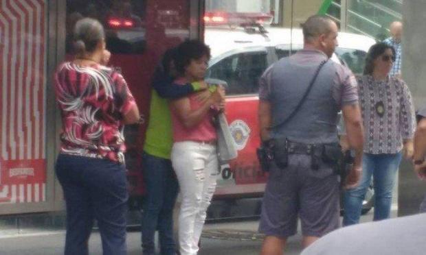Bị kẻ xấu đe dọa ngay trên đường, cụ bà 60 tuổi vẫn bình tĩnh chụp ảnh selfie để gửi cho người quen nhờ báo cảnh sát-2
