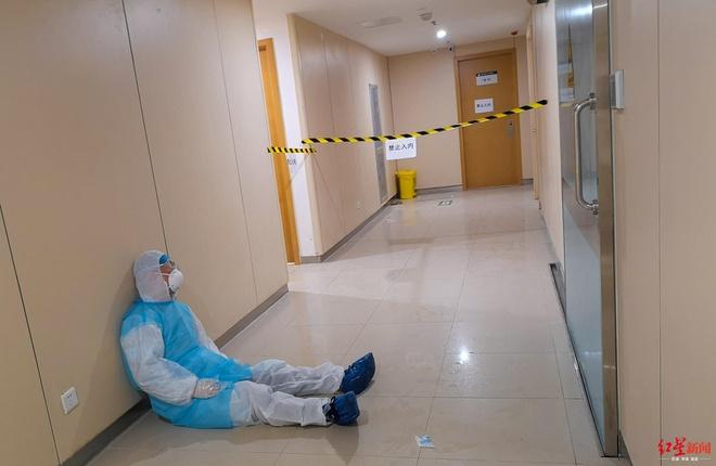 Bác sĩ thiếp đi ở hành lang vì kiệt sức sau 16 tiếng làm việc liên tục-1